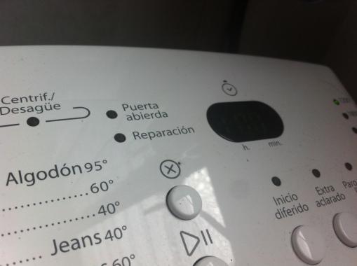 Y el gustirrín que da encontrar una falta de ortografía en tu lavadora patria y sentirme totalmente legitimada para mandarle un mail la mar de repelente al fabricante.
